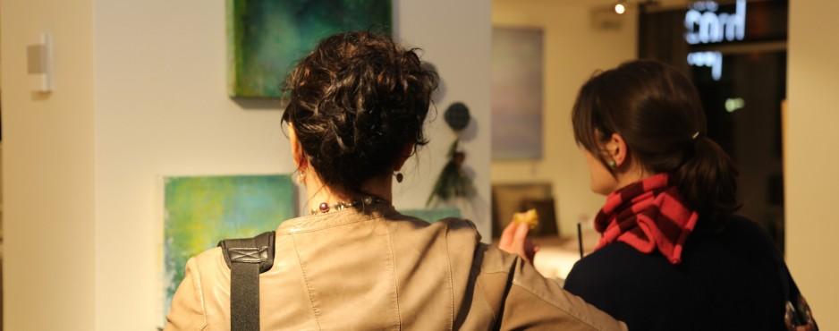 Gäste vor Werken von Friederike Wichert