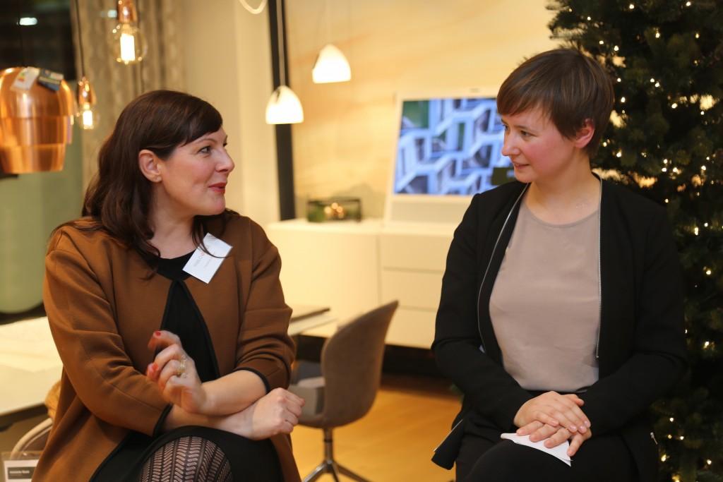 Kuratorin Elisabeth Pilhofer im Künstlergespräch mit Künstlerin Friederike Wichert